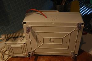 Buchi per e piedini per far arrivare aria al relay e al dissipatore montati all'interno del modulo. Il cavo arancione è la sonda PT100 collegata al PID.