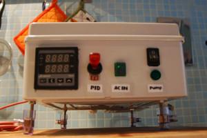 Unità di controllo, vista frontale. Da sinistra a destra: unità PID, pulsante accensione PID, spia collegamento corrente AC, spia e accensione pompa.
