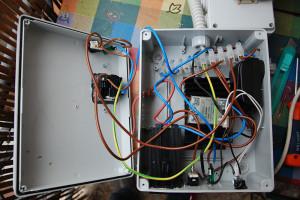 Da sinistra a destra: presa esterna (femmina) per collegare il bollitore, spia di accensione della presa e leva per bypass del PID; modulo PID; al centro relay pe ril controllo della presa montato su dissipatore; a destra trasformatore regolabile per l'alimentazione della pompa.