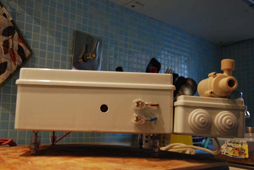 Foro per regolare il voltaggio sull'alimentatore della pompa