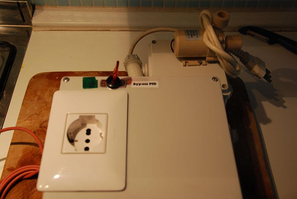 Presa per l'alimentazione del bollitore con switch per il bypass del PID. Dietro è stata montata la pompa (per evitare deposito di mosto sul modulo)